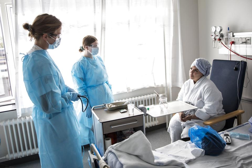 Covid-19 patient Hosnya El Hani på 46 år i en samtale med læge Christine Dam og sygeplejerske Marie Svensson på Lungemedicinsk afdeling på Bispebjerg Hospital i København torsdag den 7. maj 2020. (Foto: Ólafur Steinar Gestsson/Ritzau Scanpix)