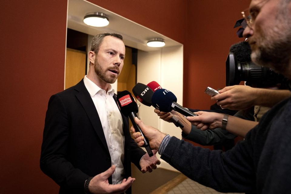 Jakob Ellemann-Jensen ankommer til gruppemøde tirsdag.