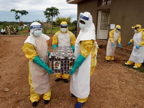 Det seneste udbrud af ebola i DRCongo er det 11. af slagsen i det centralafrikanske land. Her bærer sundhedsarbejdere i beskyttelsesudstyr liget af en ebolapatient ud af et hus i North Kivu-provinsen under et udbrud i 2018.