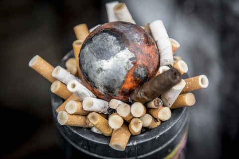 1. april steg prisen på en pakke cigaretter til 55 kroner fra cirka 40 kroner. I 2022 skal de stige til 60 kroner. (Arkivfoto)