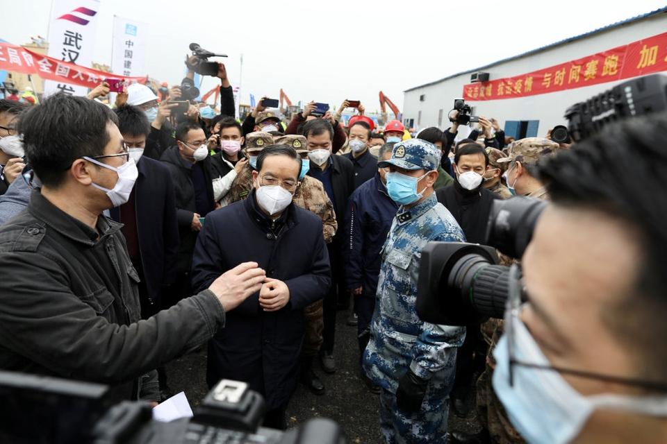 Jiang Chaoliang (i midten), den øverste leder for kommunistpartiet i Hubei-provinsen, er blevet fjernet fra posten, skriver kinesiske medier. Den 2. februar inspicerede (foto) han et nyt hospital i Wuhan, der udelukkende skal tage sig af patienter smittet med det nye coronavirus.
