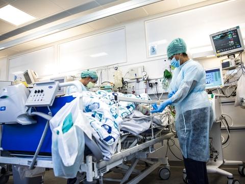 En patient bliver plejet på intensiv afdelingen for Covid-19 patienter på Bispebjerg Hospital i København torsdag den 7. maj 2020.. (Foto: Ólafur Steinar Gestsson/Ritzau Scanpix)