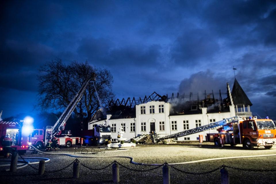 Brandvæsenet arbejdede mandag med at slukke en brand på Bjørnmose Gods nær Svendborg. Hovedbygningen vurderes at være ødelagt.