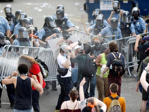 Voldelige protester er brudt ud i gaderne i den amerikanske by Minneapolis onsdag.