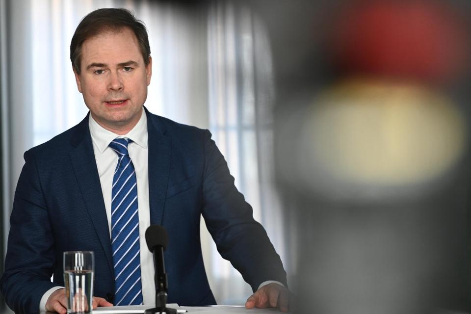 """Finansminister Nicolai Wammen (S) siger på et pressemøde, at """"hverdagen er sat på standby, og det samme er meget af den økonomiske aktivitet"""". Han understreger, at coronakrisen har """"voldsomme økonomiske konsekvenser""""."""