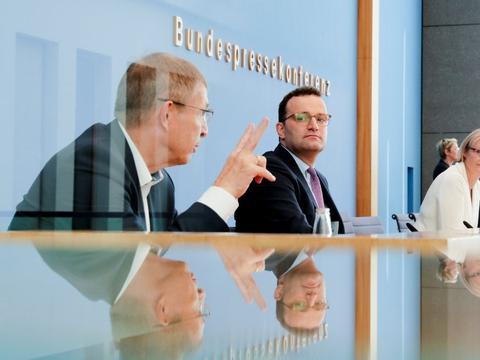Coronavaccine godkendes måske i Tyskland inden nytår. Den tyske sundhedsminister Jens Spahn og forskningsminister Anja Karliczek lytter her til Klaus Cichutek, som venter de første godkendelser af Covid-19-vacciner i år eller først i 2021.