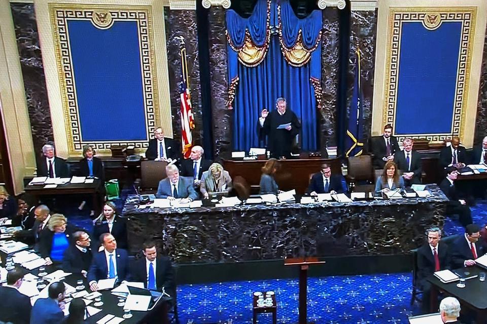 Chefdommeren i USA's højesteret, John Roberts, tager Senatet i ed ved indledningen af rigsretssagen mod præsident Donald Trump.