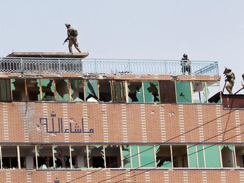 Afghanske sikkerhedsstyrker indtager deres positioner på taget af det fængsel i Jalalabad, der er kommet under angreb fra Islamisk Stat.