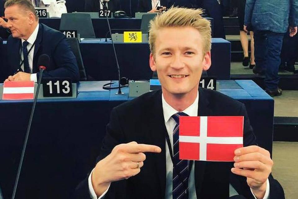 Peter Kofod og hans nationalkonservative EU-kolleger må ikke have deres nationalflag fremme på deres pladser i EU-parlamentet. (Foto: Peter Kofods Facebook-profil)