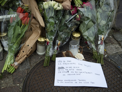 Der blev lagt blomster og hilsner til radioværten Nedim Yasar på Hejrevej, hvor han den 19. november blev dræbt. 26-årige Alexander Findanis er torsdag blevet idømt fængsel på livstid for drabet. (Arkivfoto)