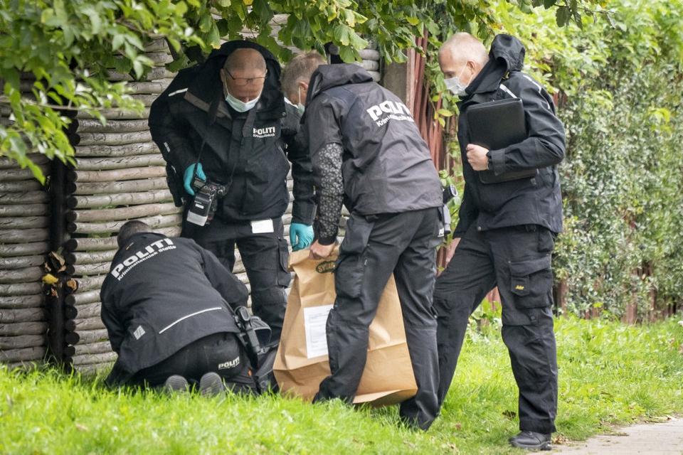 Betjente arbejder i Albertslund i kølvandet på Peter Madsens flugtforsøg. Livstidsfangen forsøgte at flygte i oktober fra Herstedvester Fængsel. (Arkivfoto)