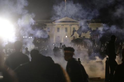 Også uden for Det Hvide Hus var der demonstration søndag aften. Ifølge New York Times blev præsident Donald Trump bragt i sikkerhed i en underjordisk bunker på grund af protesterne.