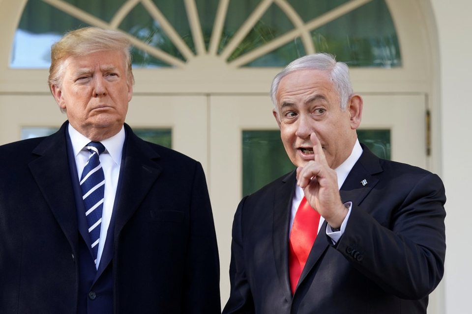 Benjamin Netanyahu (th) mødtes mandag med USA's præsident, Donald Trump, i Det Hvide Hus i Washington. Med et stort smil dagen før Trump præsenterer sin fredsplan for Mellemøsten.