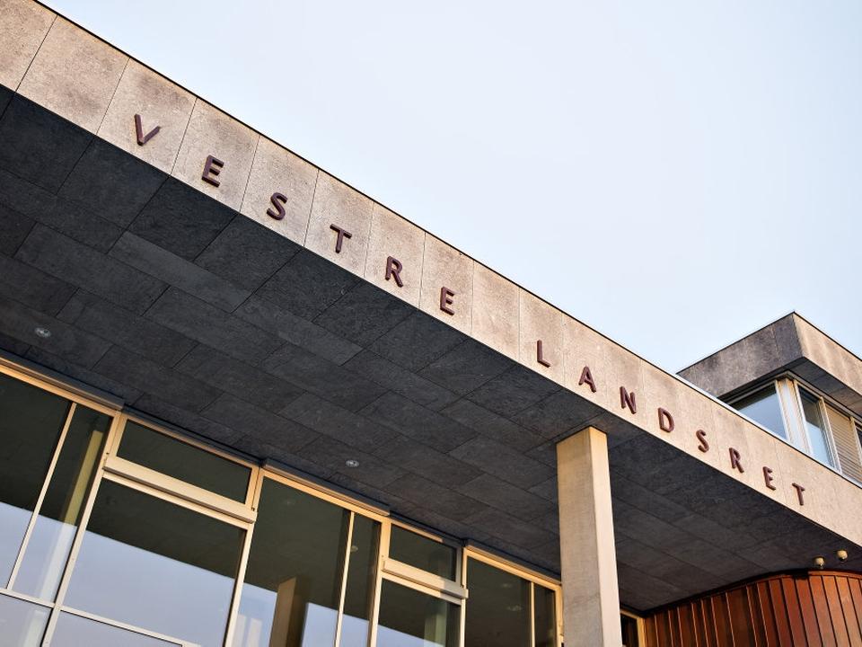 Vestre Landsret har nedsat en 37-årig lærervikars straf fra ét år og seks måneders fængsel til ét år. Han er blandt andet dømt for at have haft samleje med to folkeskoleelever fra det øverste klassetrin på skole i Silkeborg Kommune.