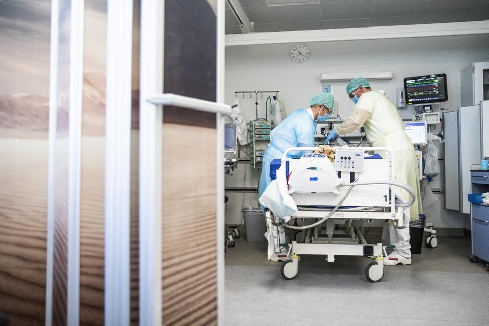 En patient bliver plejet en på intensiv afdeling for covid-19-patienter på Bispebjerg Hospital i København. Danske tal viser, at 523 af 633 døde med coronavirus - 83 procent - havde underliggende sygdomme. (Arkivfoto).
