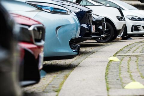 Salget af biler er faldet en del i år, og det risikerer at koste flere forhandlere livet, mener organisationen Autobranchen Danmark. (Arkivfoto)