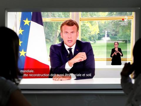 Frankrigs præsident, Emmanuel Macron, taler søndag aften på tv direkte til de franskee borgere om racisme, om svagheder under coronakrisen og om cafeer og restauranter, der mandag genåbner i Paris.