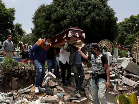 Familie og venner bærer en mands kiste under en begravelse i Mexico City 6. august. Mexico har netop rundet 50.000 coronarelaterede dødsfald siden pandemiens begyndelse.
