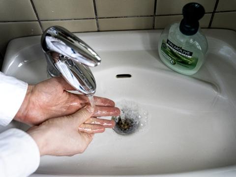 Hyppig håndvask er noget af det, flere danskere ifølge undersøgelse slækker på. (Arkivfoto)