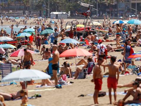 De Kanariske Øer, som er en del af Spanien, vil dække turisters udgifter, hvis de bliver smittet med coronavirus under deres besøg.