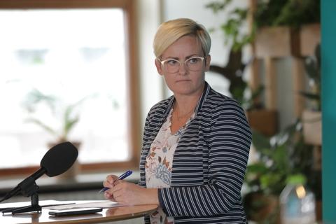 Hvis man ikke kan få økonomien til at hænge sammen, kan man hente gratis mundbind hos kommunen, siger undervisningsminister Pernille Rosenkrantz-Theil (S).