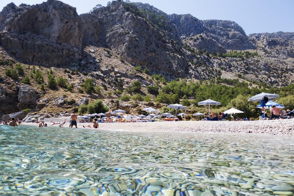 Strand på den græske ø Karpathos, hvortil det fortsat er muligt at rejse. (Arkivfoto)