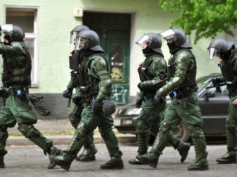 Løbende tysk politi på gaden i Berlin. (Foto: Jay P. Lee/Flickr)