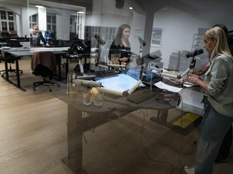 Becca Reyes, Cecilie Lange og Mikkel Bagger var i studiet på Radio Loud, den nye dab-kanal, der sendte sin første udsendelse lige efter midnat på åbningsdagen den 1. april 2020.