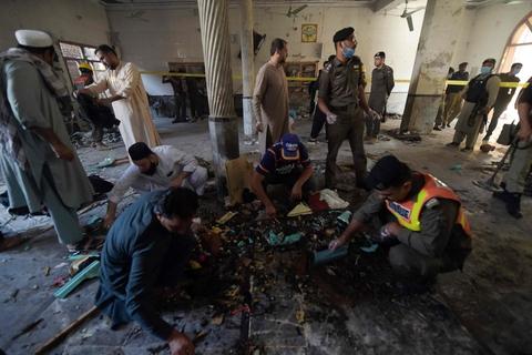 Mindst fire personer blev dræbt i en eksplosion på en religionsskole i Peshawar i Pakistan tirsdag morgen. Her er sikkerhedsfolk ankommet til stedet.