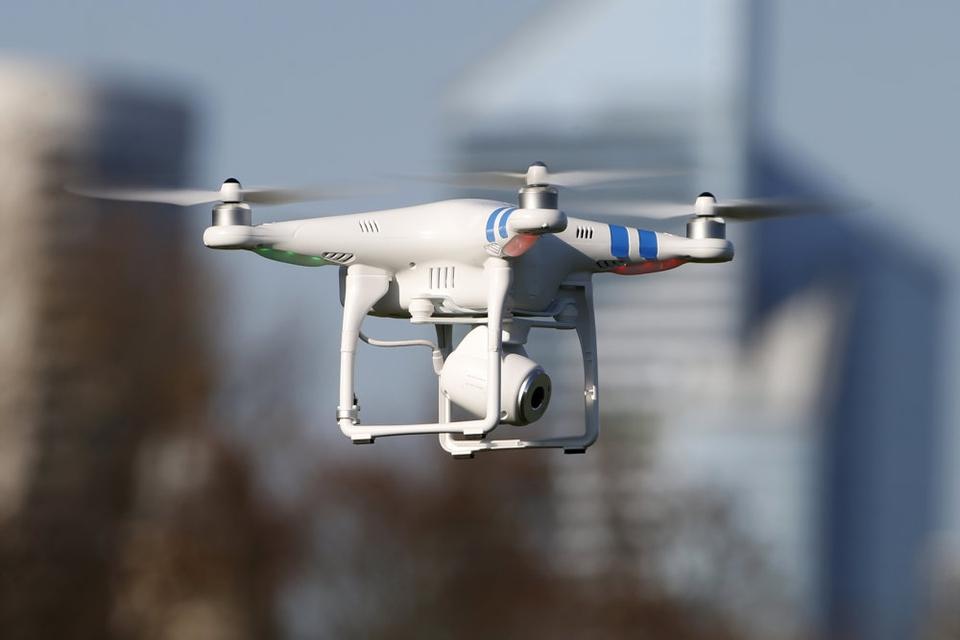 Det var ikke lovligt, at de franske myndigheder brugte droner til at overvåge, om befolkningen overholdt udgangsforbud, konkluderer Frankrigs datatilsyn.