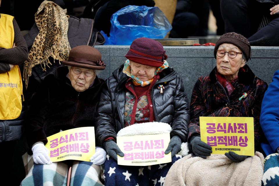 """Her ses tre sydkoreanske """"trøstekvinder"""" under en protest mod Japan i Sydkoreas hovedstad, Seoul, i marts 2017."""