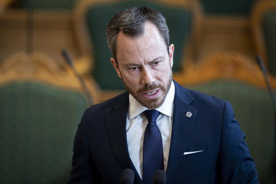 Venstres formand Jakob Ellemann-Jensen vil sætte gang i dansk økonomi ved at give danskerne en skatterabat i resten af 2020. Venstre foreslår konkret at halvere momsen fra 25 til 12,5 procent, så varer blive billigere for danskerne at købe.