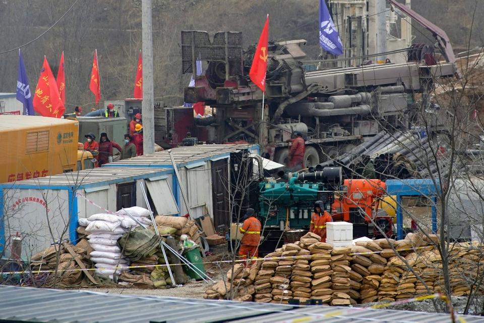 Det lykkedes søndag redningsmandskab at redde en af de 22 kinesiske minearbejdere, der siden 10. januar har været fanget under jorden i den østlige provins Shandong.