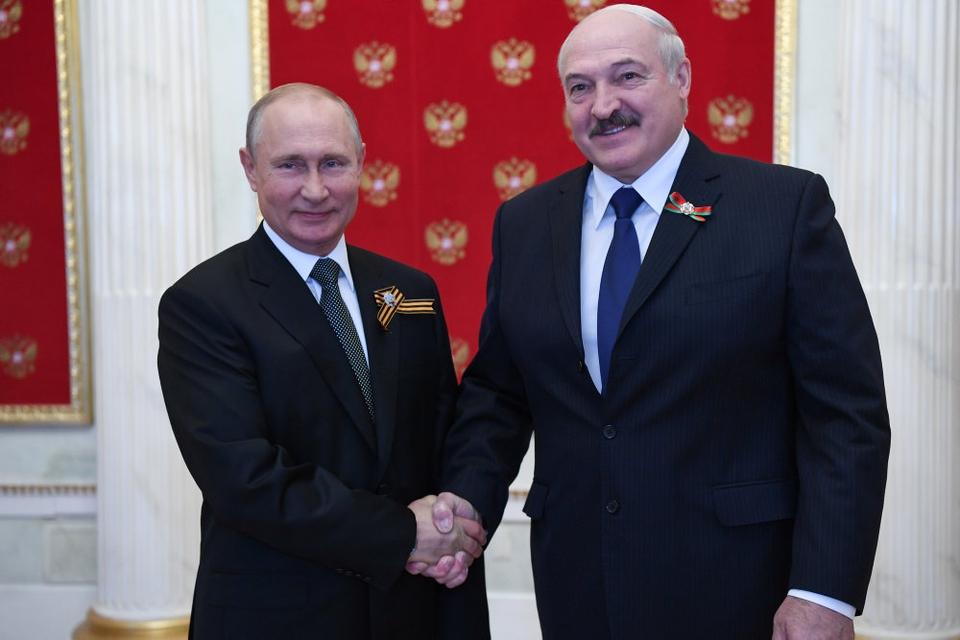 """Ruslands præsident, Vladimir Putin har sagt, at Rusland om nødvendigt vil gå ind i konflikten i Hviderusland på baggrund af en militær alliance med nabolandet, men det er uklart, hvor megen støtte Putin er parat til at give præsident Aleksandr Lukasjenko (th.), som europæiske leder har kaldt for """"diktator""""."""