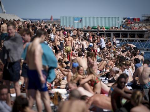 Bade og solgæster nyder sommervejret ved Nordhavn mandag den 1. juni 2020. OBS: billedet er optaget med et teleobjektiv og afstanden mellem personer på billedet kan opfattes mindre en den reelt er. (Foto: Liselotte Sabroe/Ritzau Scanpix)