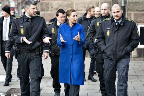 Statsminister Mette Frederiksen med følge af politi-folk