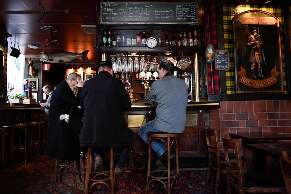 Gæster på en pub i Stockholm den 23. marts, hvor svenskerne stadig holdt cafeeér og restaurter åbne trods coronakrise. Coronapandemien har dog alligevel haft massiv negativ indvirkning på Sveriges økonomi.