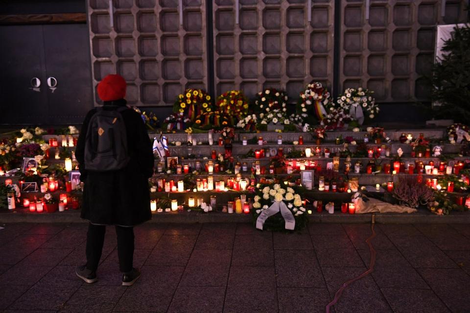 En besøgende står her i december 2019 ved et mindested ved det julemarked i Berlin, der i 2016 blev ramt af et angreb.