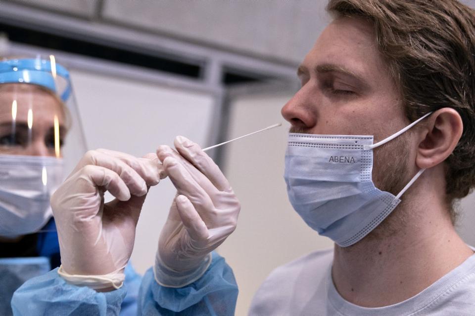 Lyntest bliver foretaget ved at stikke en podepind op i næsen, mens pcr-test er med en podepind i halsen. (Arkivfoto)