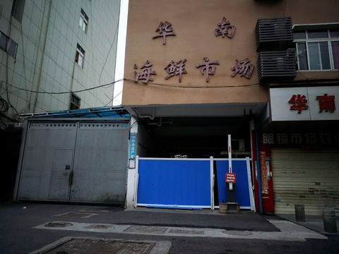 En blokeret indgang til Huanans seafood-marked i Wuhan, hvor det nye coronavirus siges at være blevet opdaget sidst i 2019. Det nye coronavirus kan måske være blevet spredt i Kina allerede fra august 2019, viser analyser af satellitfotos i USA.