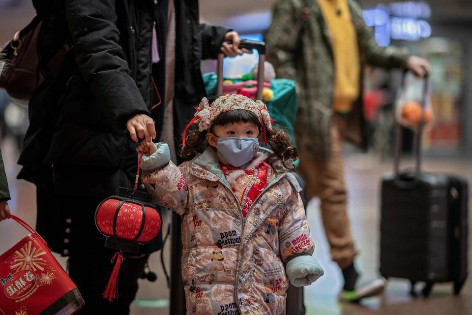 En pige bærer ansigtsmaske i Kinas hovedstad, Beijing. Over 800 personer i Kina er smittet med coronavirusset. Derudover undersøges flere end 1000 personer yderligere. De mistænkes at være smittet med virusset.