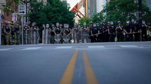 Soldater fra Nationalgarden og politibetjente blokerer en gade i Louisville, Kentucky, under en protest i weekenden.