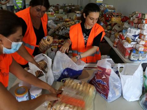 Frivillige i Beirut er fredag i gang med at sortere førdevarer, som er doneret for at støttte de tusinder, der har mistet deres hjem og livsgrundlag ved tirsdags enorme eksplosion i den libanesiske hovedstad. Det ødelagde landets eneste kornsilo, og det truer landets brødforsyning.