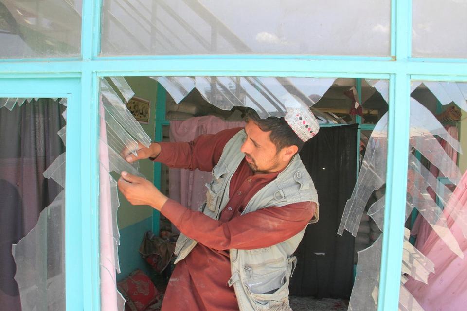 En afghansk mand fjerner knust glas fra vinduer efter en eksplosion i Ghazni-provinsen tidligere på ugen. Ud over Taliban står også Islamisk Stat og andre militante grupper bag bombeangreb i Afghanistan.