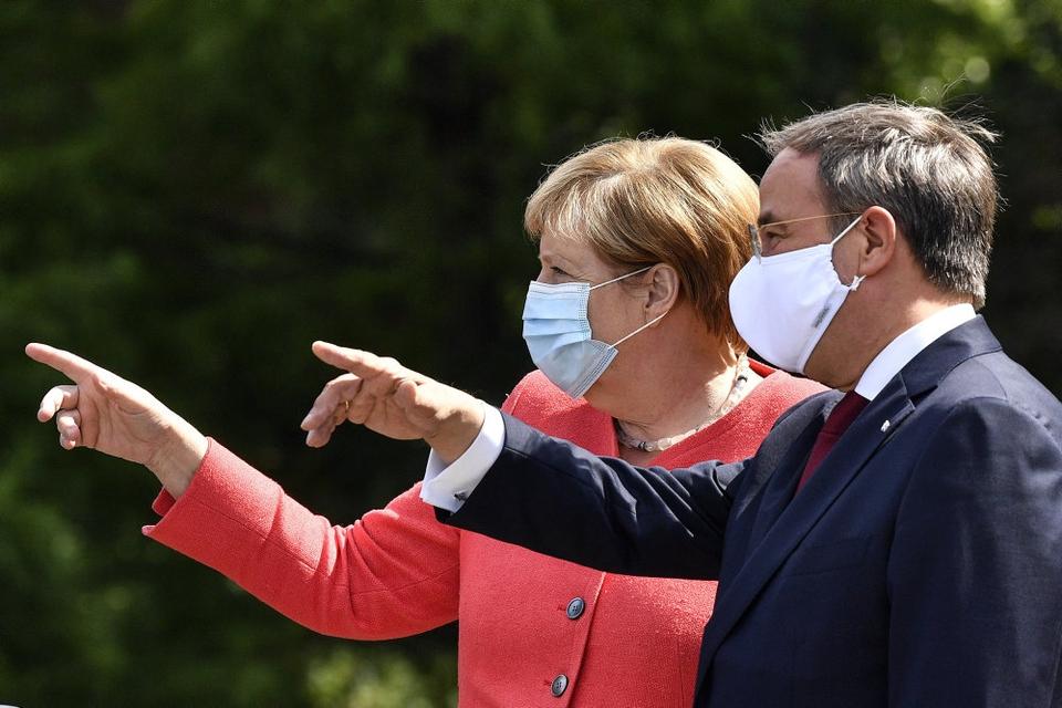 Armin Laschet (til højre) håber på at overtage posten som forbundskansler, som Angela Merkel (til venstre) har meddelt, at hun forlader inden det tyske valg i september.