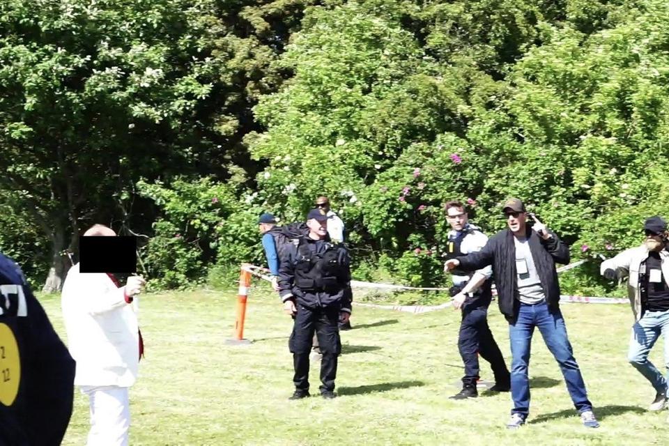 En mand blev ramt af politiets skud, da han under en Stram Kurs-demonstration i Gelleupparken i Aarhus truede med en kniv.