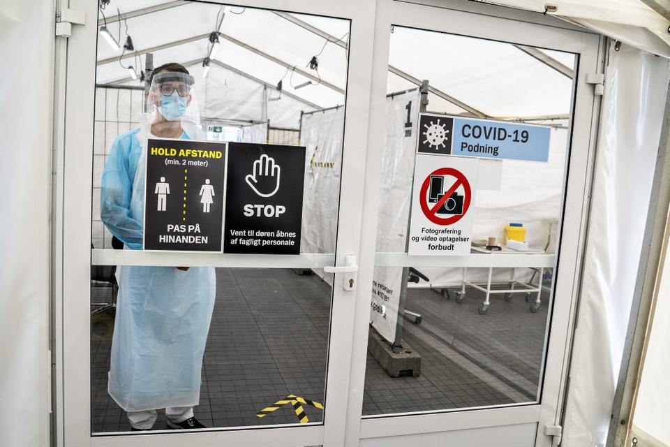Fremover bliver der indført krav om, at man ifører sig mundbind, når man skal testes for coronavirus. Både i regionernes hospitaler og i andre testcentre. (Arkivfoto)