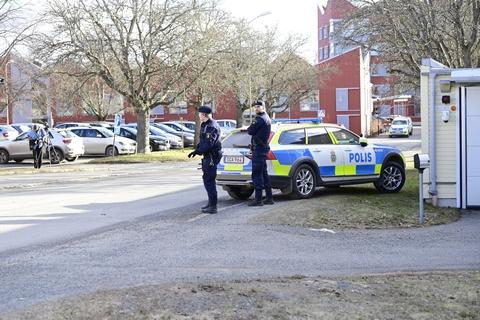 """En 22-årig mand, der mistænkes for at have såret syv personer med et stik- eller slagvåben i den sydsvenske by Veltlanda, siger ved retsmøde fredag, at han """"ikke har gjort noget""""."""
