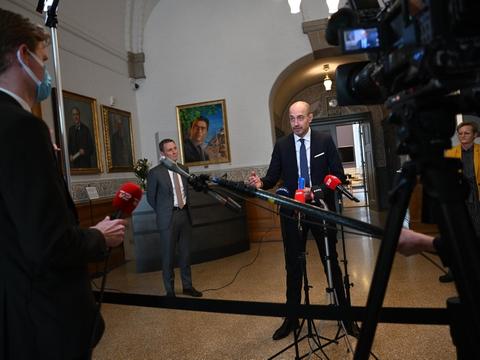 Justitsminister Nick Hækkerup (S) og sundhedsminister Magnus Heunicke (S) kunne sammen med børne og undervisningsminister Pernille Rosenkrantz–Theil (S) onsdag formiddag præsentere detaljerne i genåbningsaftalen.