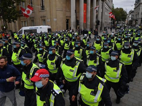 Da demonstranter i London undlod at følge regler om at holde afstand og bære mundbind begyndte politiet at opløse demonstrationen.